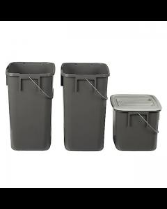 Forenkler når du skal avfallssortere – tre kildesorteringsbøtter i to ulike størrelser.  Til komposterbart avfall, resirkulerbart materiale og restavfall.  Sett dem utenfor synsvinkel, men lettilgjengelig – passer under de fleste oppvaskbenker.